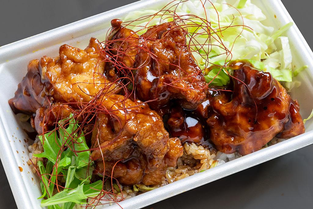 甘辛からあげ丼 620円(税込) 三温糖のコク甘な甘辛醤油味がマッチ。