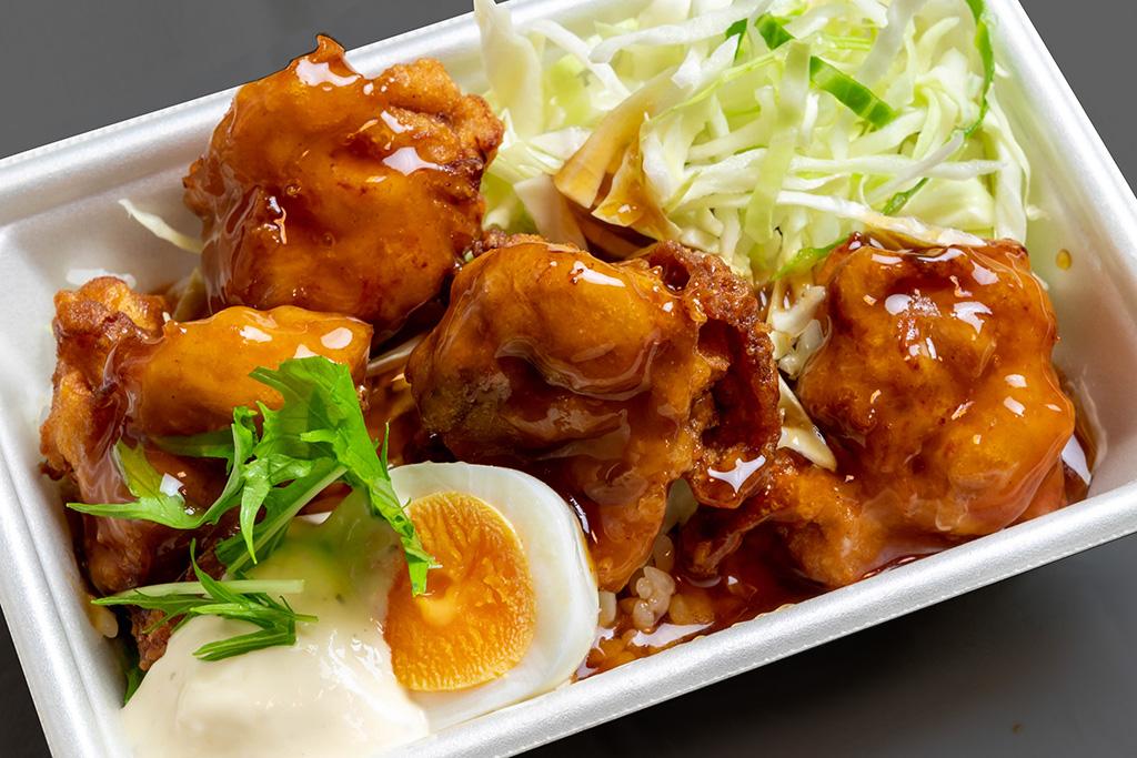 チキン南蛮風からあげ丼 620円(税込) 南蛮のタレにタルタルソースの相性抜群。