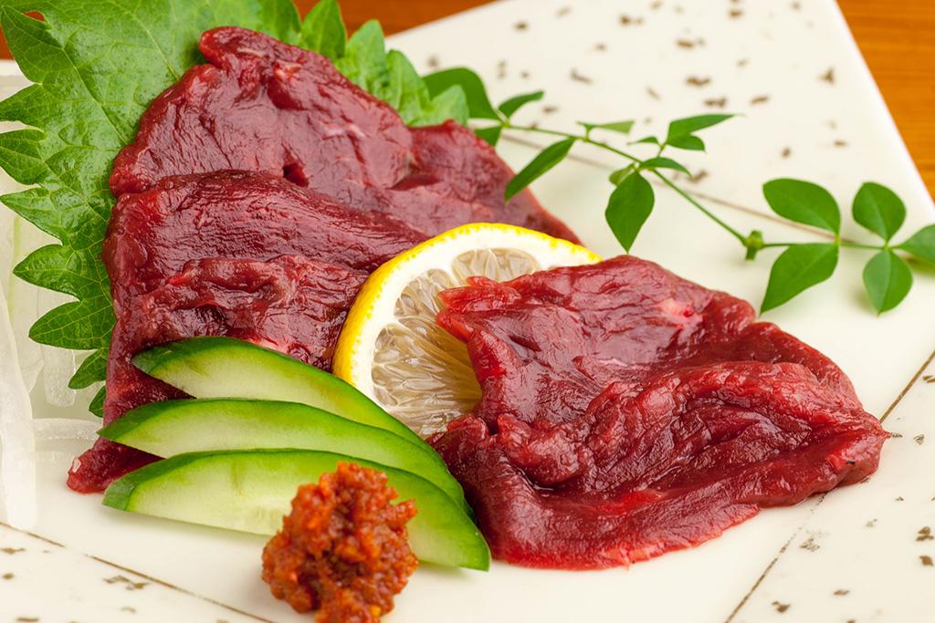 柔らか赤身の馬刺し…670円 特製辛味噌で召し上がれ