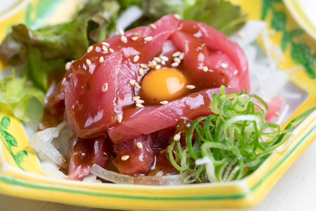 本マグロユッケ…580円 とろ〜り卵で召し上がれ